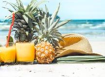 O verão bebe com fruto na praia, ainda vida exótica Imagens de Stock