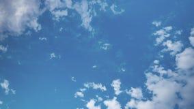 O verão branco que flutua nuvens é gradualmente desaparecer no céu azul video estoque