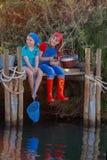 O verão caçoa a pesca na lagoa ou no rio do lago da angra imagem de stock royalty free