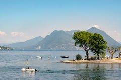 O verão chega no lago Maggiore imagem de stock