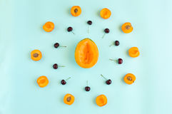 O verão colorido frutifica teste padrão com as fatias, os abricós e as cerejas do melão isolados no fundo dos azuis celestes Imagens de Stock Royalty Free