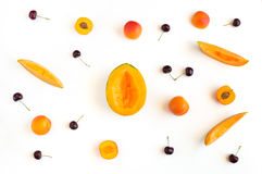 O verão colorido frutifica teste padrão com fatias, abricós e cerejas do melão Imagens de Stock