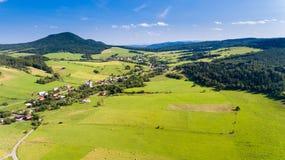 O verão da estrada, da vila e da montanha ajardina de cima - da opinião do zangão Fotos de Stock Royalty Free