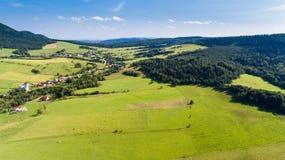 O verão da estrada, da vila e da montanha ajardina de cima - da opinião do zangão Foto de Stock Royalty Free