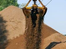 O verão da máquina escavadora de guindaste da areia trabalha o volume do rio da barca Fotografia de Stock