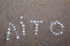 O verão da palavra, apresentado na areia com escudos, na língua ucraniana foto de stock royalty free