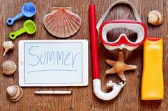 O verão da palavra escrito em uma tabuleta e o material do verão em um rústico cortejam Foto de Stock Royalty Free