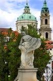 O verão de Praga jardina e igreja de Saint Nicholas Imagem de Stock Royalty Free