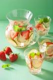 O verão de refrescamento bebe com cal do pepino da morango no frasco e Foto de Stock Royalty Free