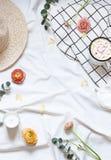 O verão do conceito, plano da mola coloca com flores e folhas na cobertura branca imagens de stock royalty free