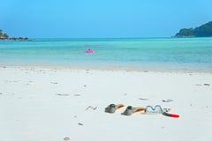 O verão do tubo de respiração do mergulho da nadada da aleta da máscara do mar da praia relaxa Fotografia de Stock Royalty Free