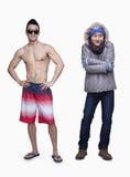 O verão e o inverno, o homem novo no short e o homem novo no inverno revestem, oposto, tiro do estúdio Imagem de Stock