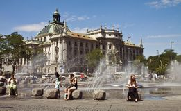 O verão e relaxa em Munich Karlsplatz Imagens de Stock Royalty Free