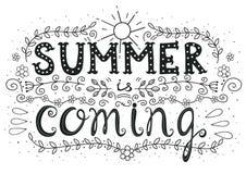O verão está vindo Cartaz tirado mão da rotulação da motivação ilustração do vetor