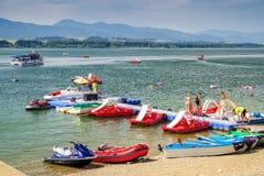 O verão ostenta na água no lago Liptovska Mara, Eslováquia imagem de stock