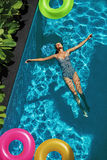 O verão relaxa Mulher que flutua, água da piscina Feriado do verão Foto de Stock