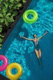 O verão relaxa Mulher que flutua, água da piscina Feriados do verão Fotografia de Stock Royalty Free