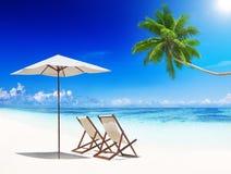 O verão tropical da praia das cadeiras de plataforma relaxa o conceito das férias Imagem de Stock