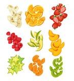 O ver?o frutifica cole??o Bananas, laranjas, manga, morangos, carambole, quivi etc. Frutos cortados do verão isolados no branco ilustração stock