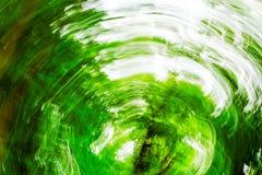 O verde abstrato borrou o fundo com movimento e rotação, foto fotografia de stock royalty free