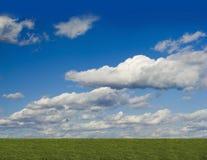 O verde arquivou, céu azul, nuvem branca Foto de Stock