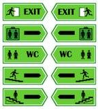 O verde assina o sentido à saída Fotos de Stock