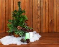 O verde decorou a árvore de Natal no fundo de madeira Fotos de Stock
