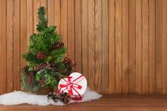 O verde decorou a árvore e o presente de Natal no fundo de madeira Imagens de Stock Royalty Free