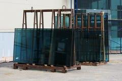O verde do vidro de janela no suporte preparou-se para a substituição durante o reparo de um grande centro de negócios imagem de stock royalty free