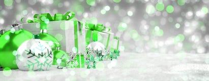 O verde e os presentes e as quinquilharias do White Christmas alinharam o renderin 3D Imagem de Stock