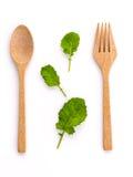 O verde orgânico fresco do conceito saudável do alimento sae com a forquilha de madeira Imagem de Stock Royalty Free