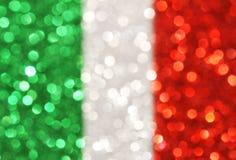O verde, prata, listras verticais vermelhas abstrai o fundo Foto de Stock
