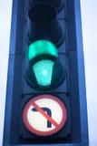 O verde vai luz de tráfego rodoviário fotografia de stock