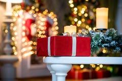 O vermelho apresenta caixas sob a árvore decorada do ano novo fotos de stock