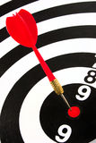 O vermelho arremessa a seta no centro do alvo Imagens de Stock Royalty Free