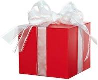 O vermelho atual com ~ branco da fita isolou a caixa de presente Imagens de Stock Royalty Free