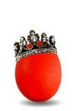 O vermelho coloriu o ovo com coroa dourada isolado Imagem de Stock