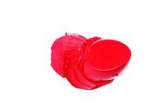 O vermelho corta a amostra do batom em um fundo branco Imagens de Stock