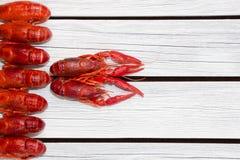 O vermelho cozinhou lagostas na placa retangular preta Lagostins fervidos woden o fundo Estilo rústico imagens de stock