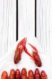 O vermelho cozinhou lagostas na placa retangular preta Lagostins fervidos woden o fundo Estilo rústico fotografia de stock