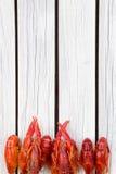 O vermelho cozinhou lagostas no fundo de madeira branco Estilo rústico Tampa para o compartimento Menu do marisco fotografia de stock royalty free