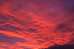 O vermelho de incandescência nubla-se Dawn Sky Sunrise Imagens de Stock Royalty Free