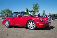 O ` vermelho de Porsche 911 Targa do ` participa na parada de carros retros Fotos de Stock Royalty Free