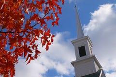 O vermelho deixa o steeple da igreja Foto de Stock