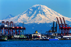 O vermelho do porto de Seattle Cranes Mt Rainier Washington Fotografia de Stock Royalty Free