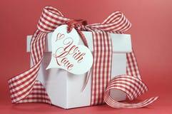 O vermelho e o branco verificam o presente na etiqueta vermelha do presente do fundo e do coração do amor, Imagem de Stock