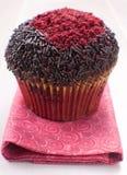 O vermelho e o chocolate decoraram o queque Imagens de Stock
