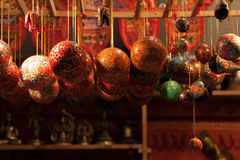 O vermelho e o ouro coloriram os ornamento de vidro do Natal que penduram em um quiosque no mercado do Natal - Weihnachtsmarkt -  Fotos de Stock