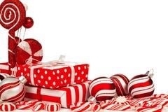 O vermelho e o White Christmas encurralam a beira com presentes, quinquilharias, doces Fotografia de Stock Royalty Free