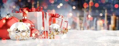 O vermelho e os presentes e as quinquilharias do White Christmas alinharam a rendição 3D Imagem de Stock